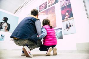 Galerie, Leipzig, Vater, Tochter, hockend, betrachten, Schichtwechsel, Tapetenwerk, Ausstellung